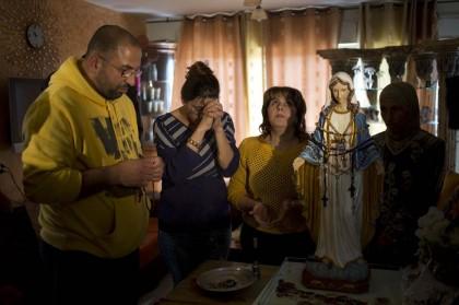 statua madonna piange olio israele (4)