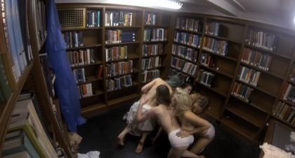 studentesse nude topless biblioteca 5