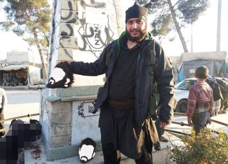 Il combattente che posa con una testa mozzata in siria for Citta della siria che da nome a un pino