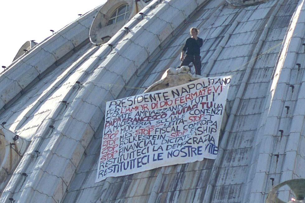 Secondo giorno di protesta dell'imprenditore triestino sulla cupola di San Pietro