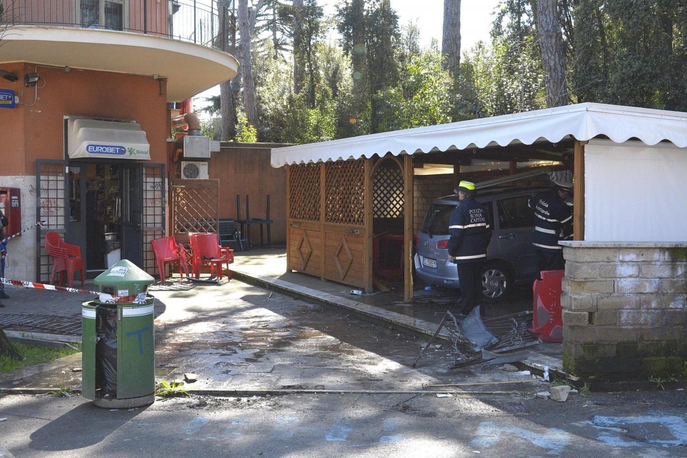 Roma, auto finisce contro un chiosco bar e travolge uomo: morto