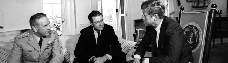 Kennedy, il generale Taylor e il segretario della difesa McManara