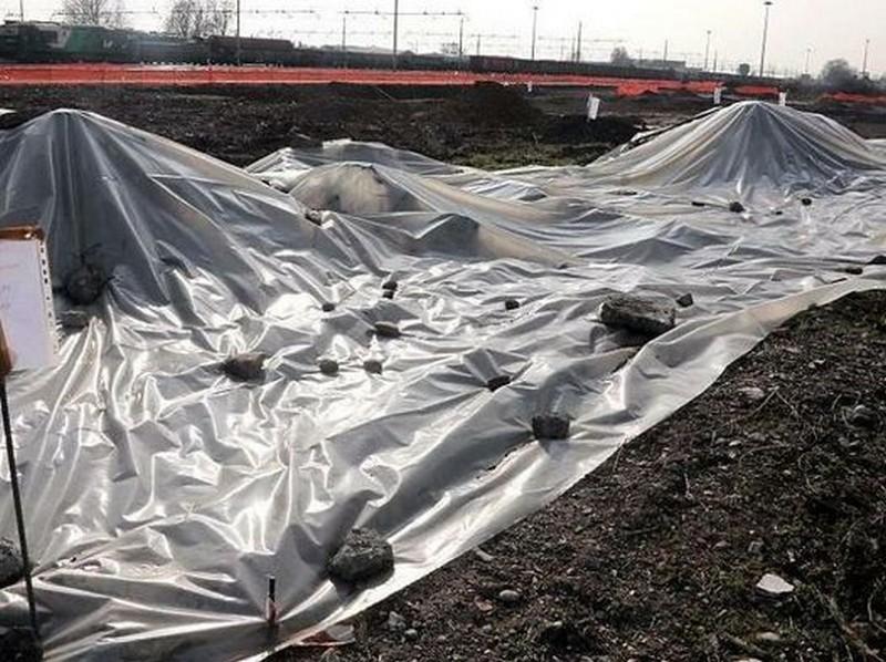 I teli a copertura dell'amianto trovato nel cantiere Tav di Brescia (Bresciaoggi.it)