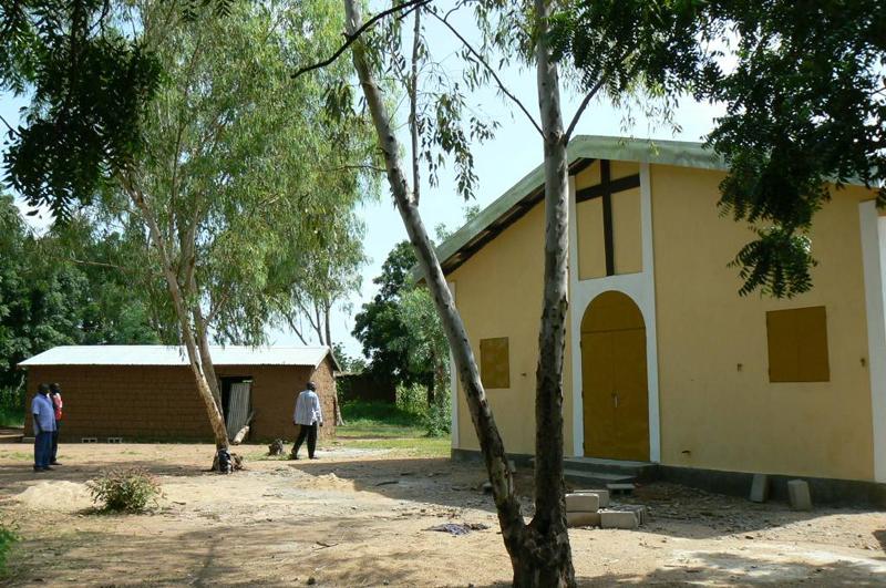 Tutta la storia dei due sacerdoti rapiti in camerun for Due case di tronchi storia