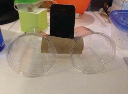 9. Con un rotolo di carta igienica e due bicchieri puoi costruire in un attimo degli «altoparlanti» per il tuo iPhone