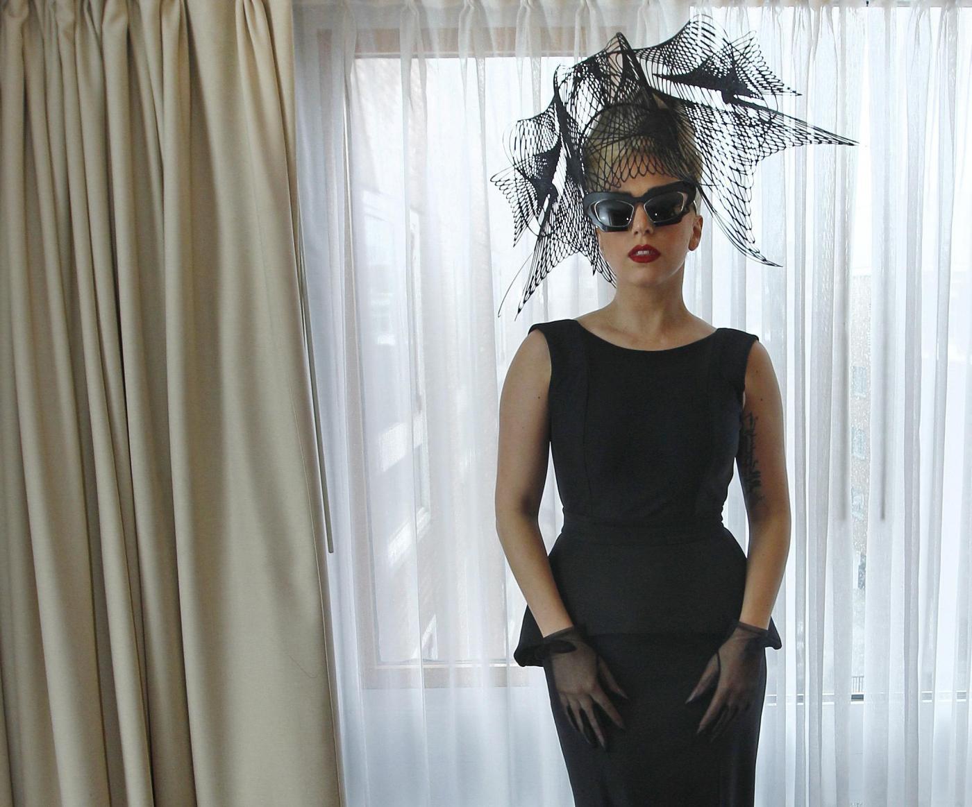 Lady Gaga obbliga i paparazzi a photoshopparla