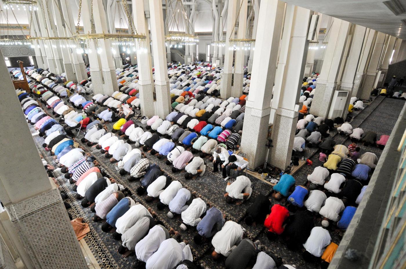 Musulmani in preghiera alla moschea di Roma