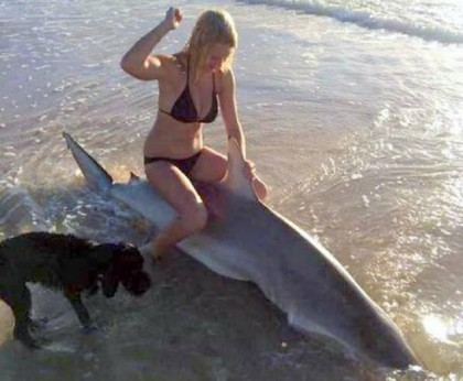 ragazza foto squalo morto 1