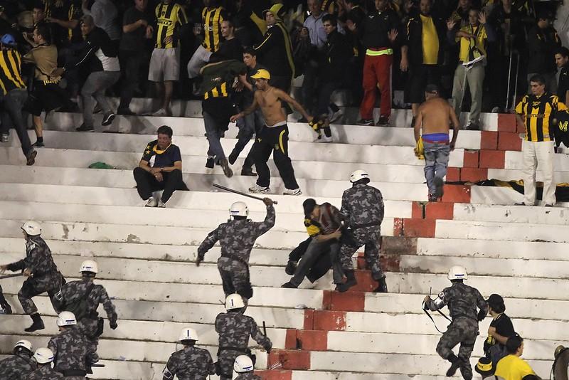 Tifosi del Penarol colpiti dalla polizia