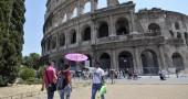 Roma, venditori abusivi nei pressi del Colosseo