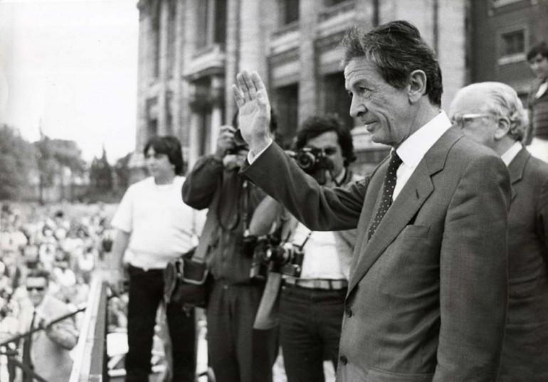 Nato a Sassari nel 1922, figlio di un avvocato repubblicano antifascista, Entico Berlinguer cresce in una famiglia   agiata sopratutto dal punto di vista culturale: concluso il liceo, il giovane Enrico si iscrive al Partito Comunista   Italiano, del quale diventerà lo storico leader (Foto: LaPresse)