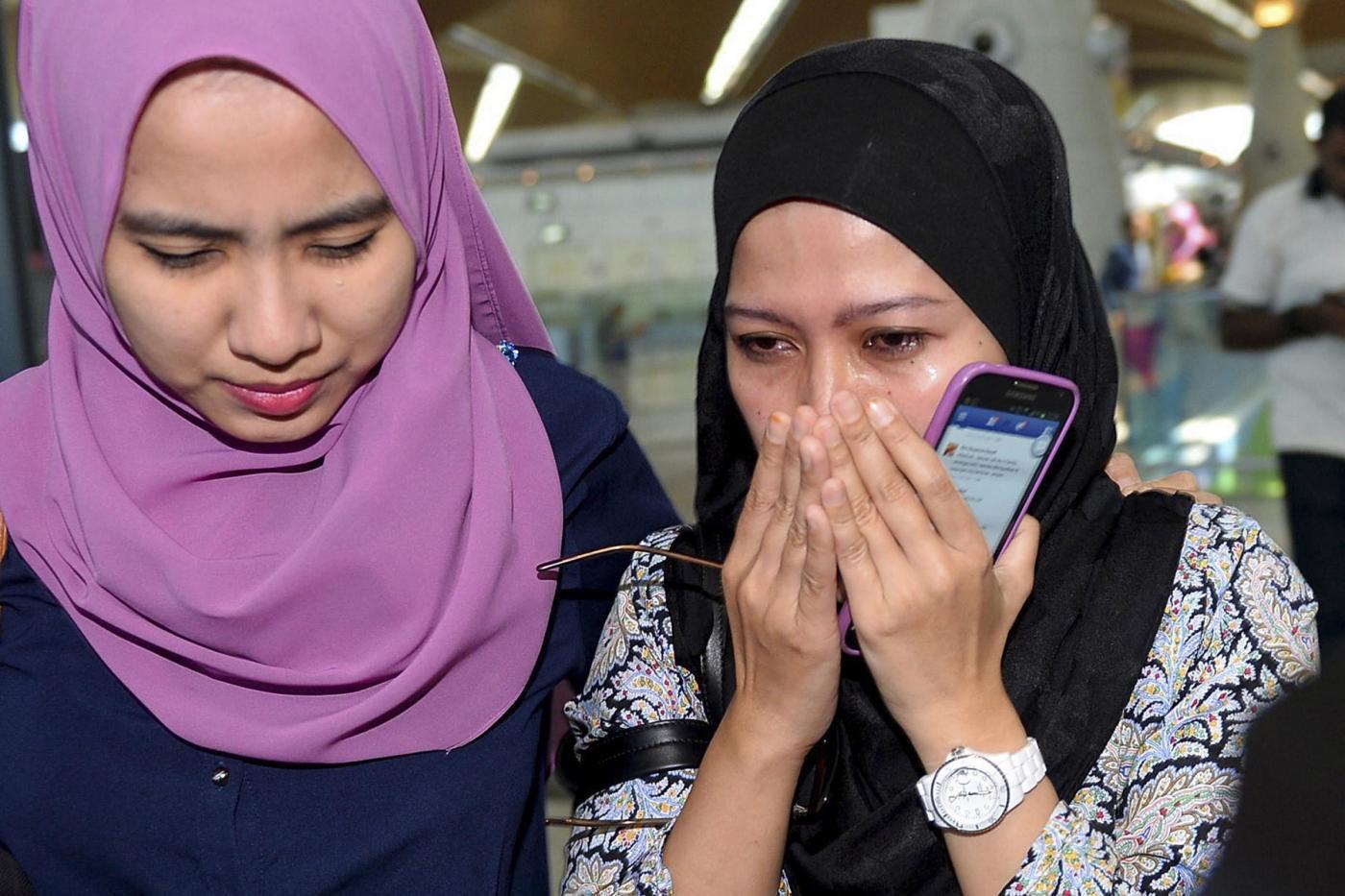 Aereo abbattuto, shock in Malesia: la disperazione dei parenti vittime
