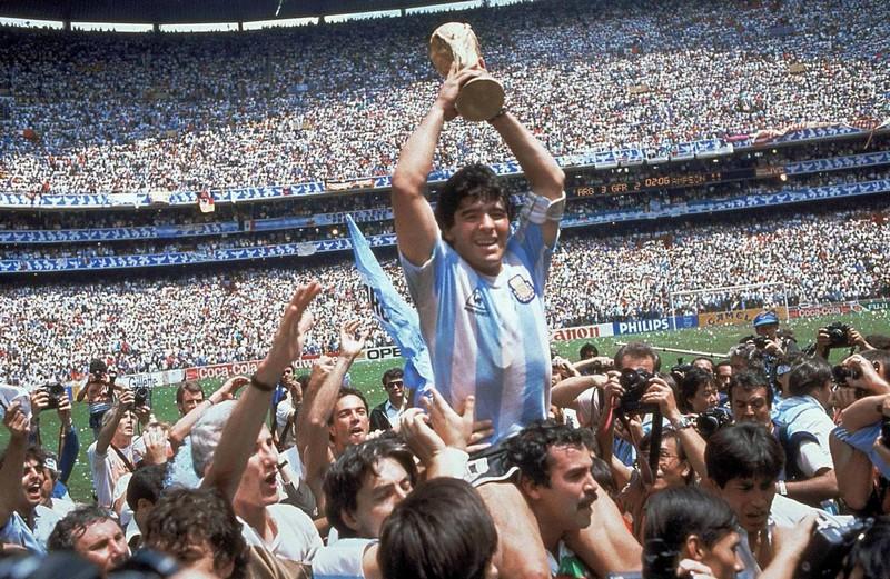 Diego Armando Maradona con la Coppa del Mondo vinta a Città del Messico nel 1986 (Gettyimages-AP Photo/Carlo Fumagalli, File)