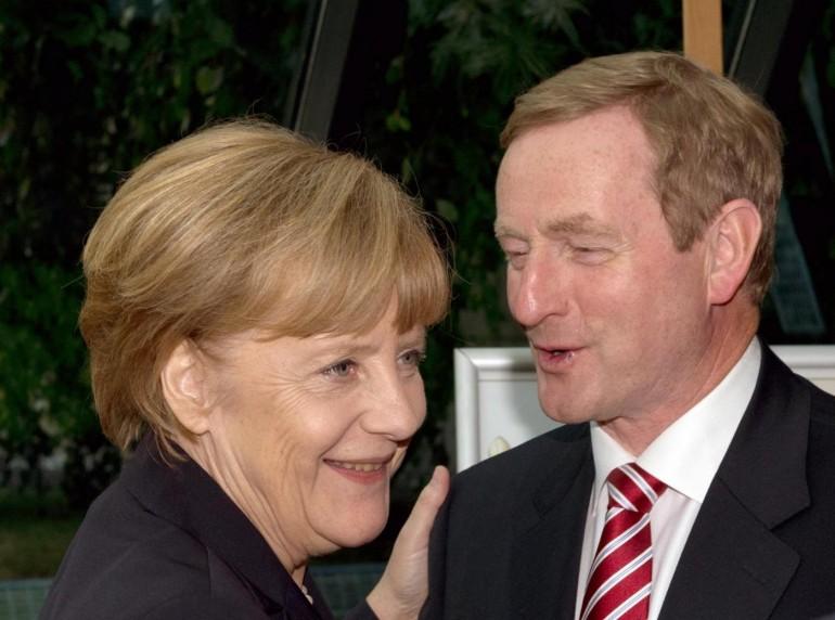 Enda Kenny con Angela Merkel, AP Photo/dpa, Soeren Stache