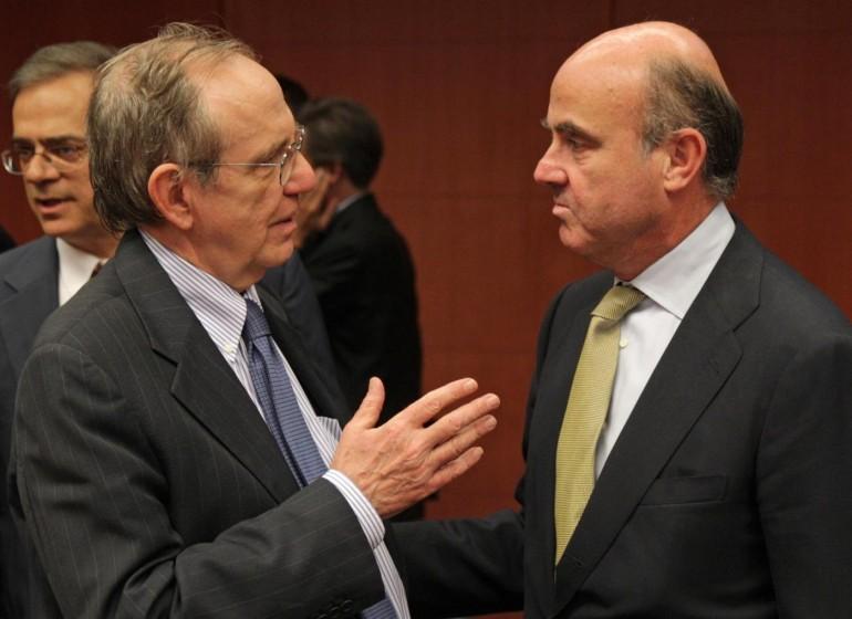 Luis de Guindos con Padoan, AP Photo/Yves Logghe