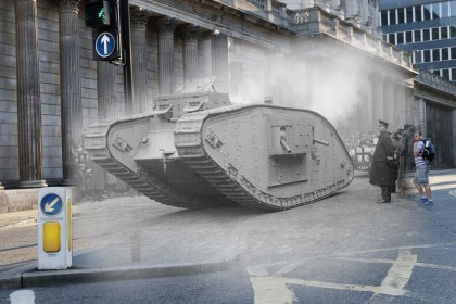 Un carro armato MKIV in esposizione del centro di Londra (Foto:  Topical Press Agency/Getty Images e  Macdiarmid/Getty Images)
