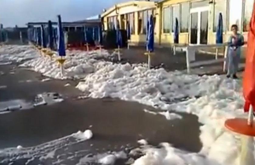 schiuma spiaggia fiumicino roma 1