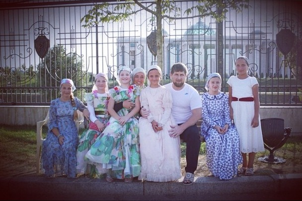 Kadirov ama presenziare alle celebrazioni familiari e pubblicare le immagini su Instagram