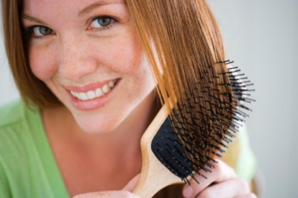 4. «Più li spazzoli, più sono belli e sani» - Cento colpi di spazzola? Attenzione: tormentare troppo i vostri capelli potrebbe causare la rottura delle cuticole e indebolire le punte e il fusto. (Foto: Thinkstock)