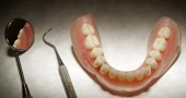I DENTI PROVOCANO IL MAL DI SCHIENA - La perdita di un singole dente o la loro cattiva posizione possono provocare problemi per tutto il corpo. La mandibola è collegata dai nervi alla colonna vertebrale. Le possibili conseguenze sono dolori alla testa così come alla schiena, oppure in altri parti del corpo. In medicina questi casi si definiscono disfunzioni cranio cervico mandibolari.  Peter Macdiarmid/Getty Images