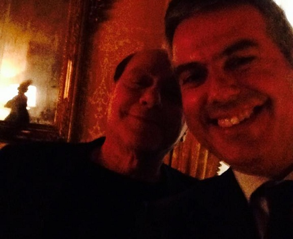 Posta un selfie con Berlusconi, Ndc lo fa dimettere
