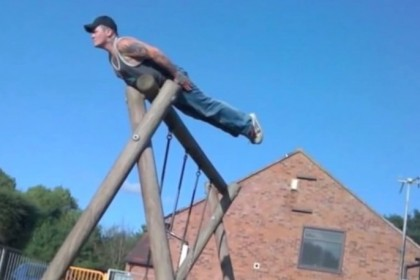 Planking: fotografarsi distesi in posizioni assurde e talvolta pericolose, AD 2011 (Photocredit: Screenshot via Youtube)