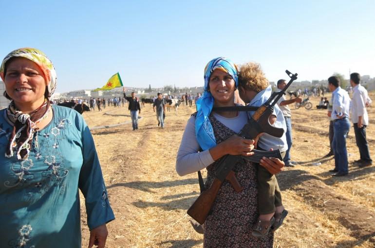 Mamma curda con AK-47 e bambino al confine tra Siria e Turchia nei pressi di Suruc (Photo Getty Images)