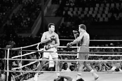 """MUHAMMAD ALI CONTRO GEORGE FOREMAN: 40 anni fa, il 30 ottobre del 1974, si combatteva il più famoso incontro di boxe della storia a  Kinshasa, Repubblica democratica del Congo. Nella """"rissa nella giungla"""" (Rumble in the Jungle il nome inglese) Muhammad Ali si riprese  il titolo di campione del mondo dei pesi massimi dopo 7 anni anni, strappandolo  all'allora giovane stella del pugilato George Foreman.   -/AFP/Getty Images"""