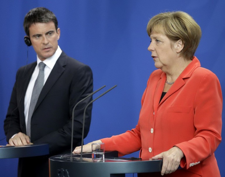 Manuel Valls e Angela Merkel. (AP Photo/Michael Sohn