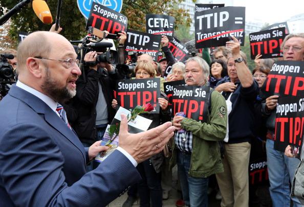 Proteste contro il TTIP, il presidente del Parlamento europeo Martin Schulz incontra i manifestanti. AFP PHOTO / DPA/ WOLFGANG KUMM   GERMANY OUT