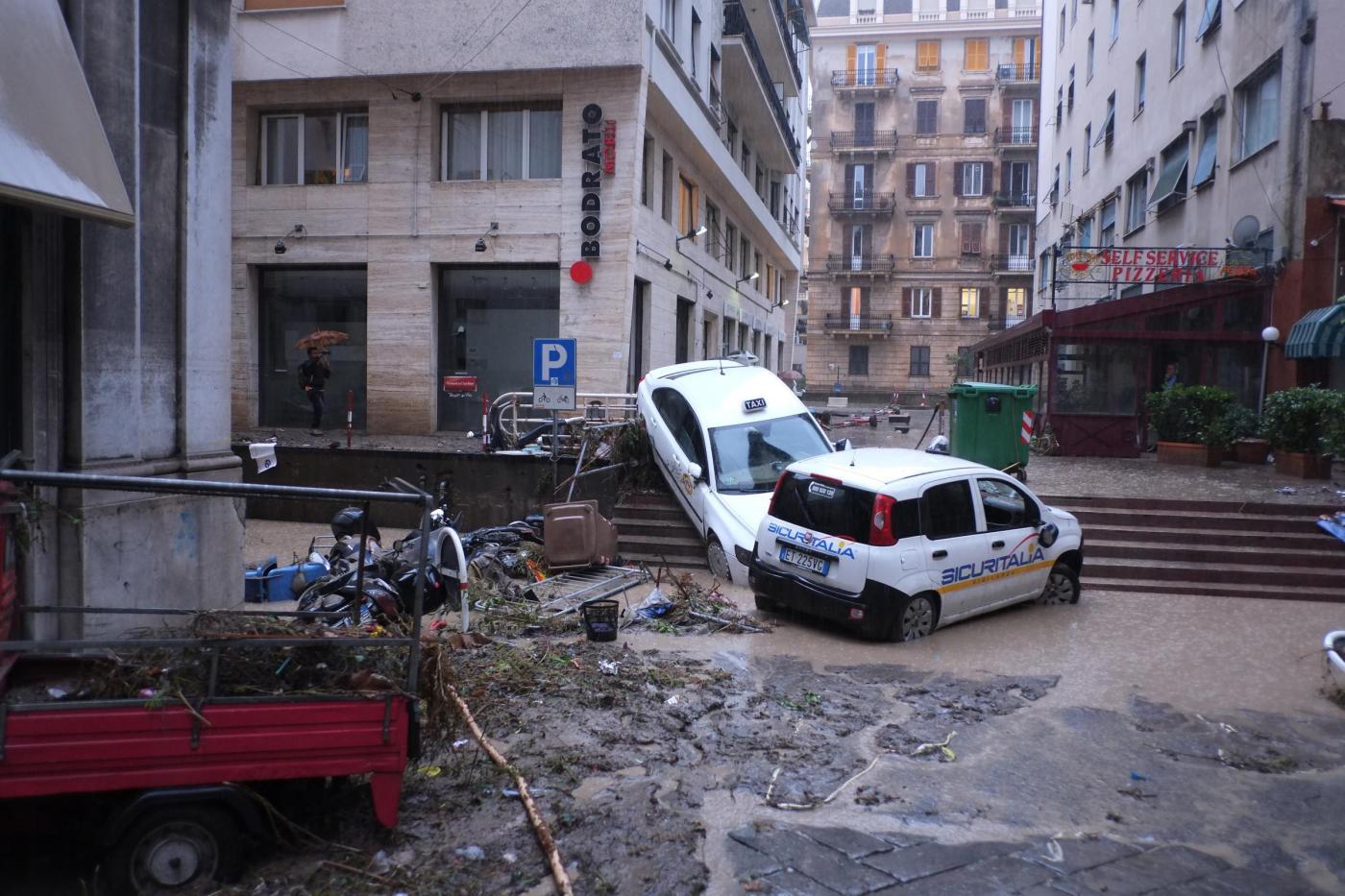 Genova alluvionata, esondano i fiumi