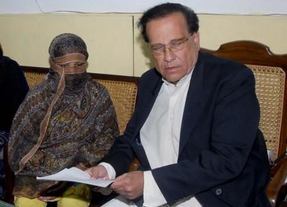 Asia Bibi con Salman Taseer, governatore della Provincia del Punjab (poi assassinato nel 2011) Foto: AP Photo/LaPresse