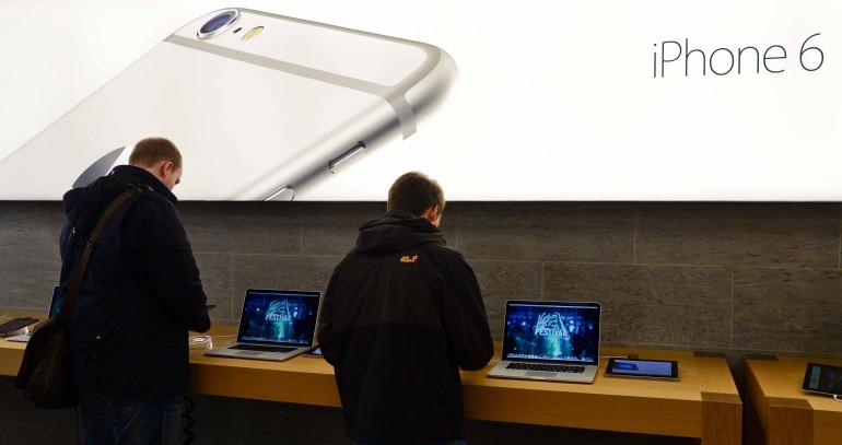 5. Il primo giorno di vendita: ogni volta che Apple mette in commercio un nuovo telefono, i pre- ordini arrivano a cifre da capogiro e migliaia di disperati in tutto il mondo si mettono in fila per essere tra i primi ad avere in mano un telefono che costa intorno agli 800 euro (PETER STEFFEN/AFP/Getty Images)