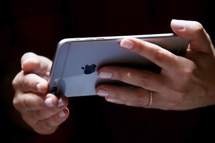"""8. La singolarità dell'individuo: """"think different"""" (pensa diversamente) è forse lo slogan più famoso della Apple. Ora che milioni di persone nel mondo possiedono un iPhone, forse questo concetto ha perso un po' di forza (Justin Sullivan/Getty Images)"""