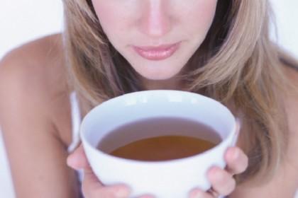 2. Bevi tanto tè – Possibilmente tè verde o neo (ricco di antiossidanti) con l'aggiunta di miele e di qualche goccia di succo di limone. Bere qualcosa di caldo e respirarne il vapore stimola l'azione delle ciglia del naso, che elimineranno gli eventuali germi. Il limone, poi fluidifica il muco e il miele è un potente antibatterico naturale.(Foto: Thinkstock)