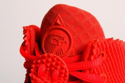 """Air Yeezy 2 """"Red October"""" sono le scarpe disegnate dalla stella dell'hip hop Kanye West. Su eBay sono stati offerti 17 milioni per comprarle, dopo l'esaurimento della linea in 15 minuti. Si pensa comunque che la cifra folle possa esser stata una gag di Kanye West.  Mike Lawrie/Getty Images"""