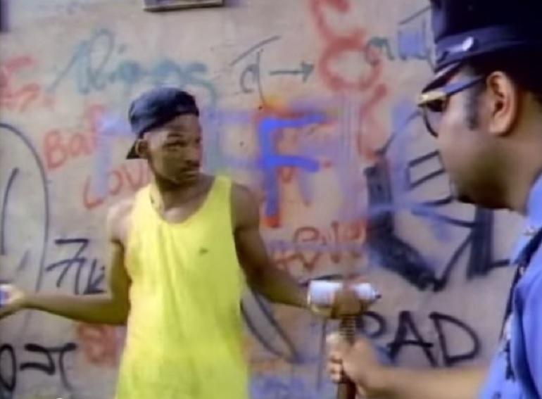 1. Will Smith ha accettato di essere il protagonista della serie solo perché aveva un grosso debito con il fisco americano: l'attore, infatti, sognava di sfondare come rapper e spese tutto quello che aveva per cercare di diventare famoso. Era sull'orlo della bancarotta quando Quincy Jones lo scelse come protagonista per il Principe di Bel Air. (Foto: YouTube/raqraqxox)