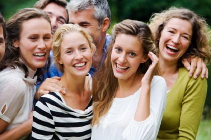"""2. DOVE PUOI INCONTRARE LEI – ALLE SERATE PER """"SOLI SINGLE"""": per qualche ragione questo tipo di eventi tendono ad essere frequentati in percentuale maggiore dalle donne, mentre gli uomini -  forse troppo timidi – preferiscono non esporsi in modo tanto diretto. Ed è un peccato: perché in genere, a queste serate, si possono fare incontri molto interessanti.  (Foto: Thinkstock)"""