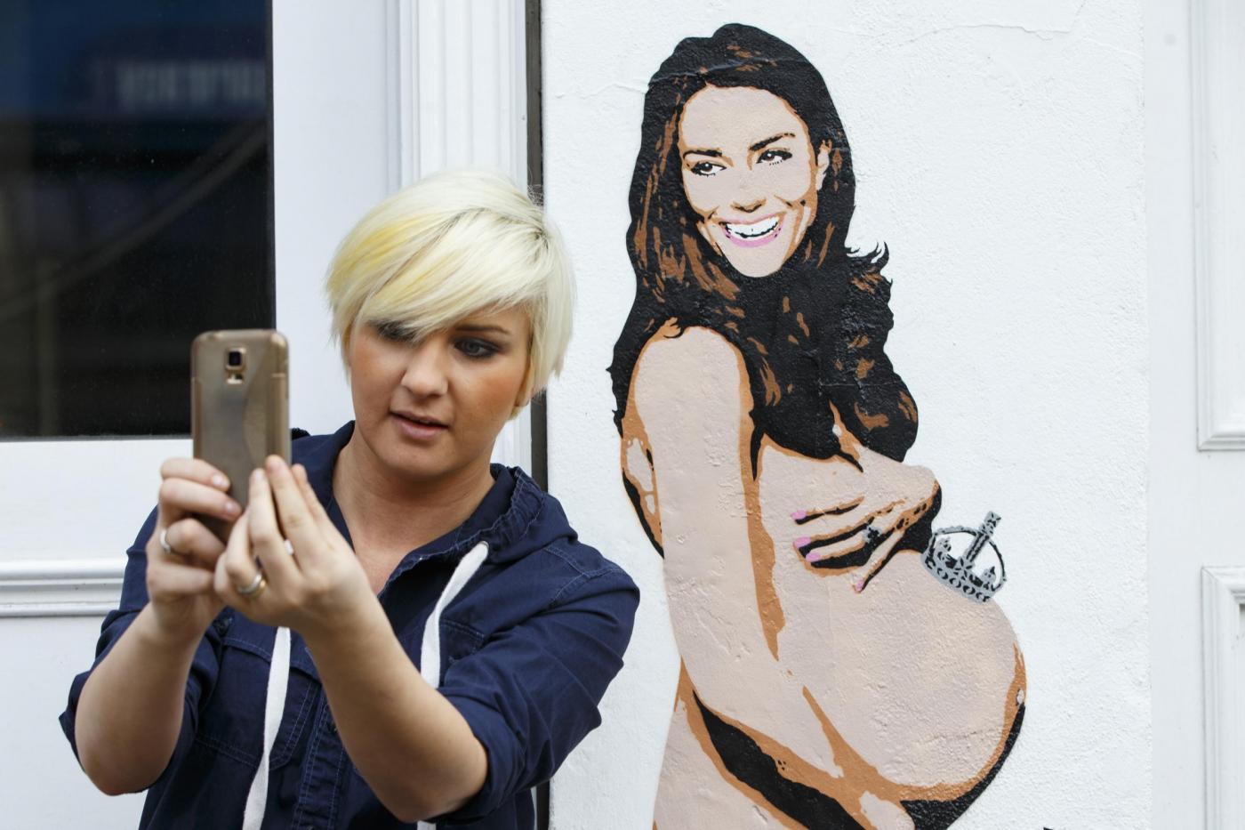 Graffiti a Londra raffiguranti la Principessa Kate col pancione