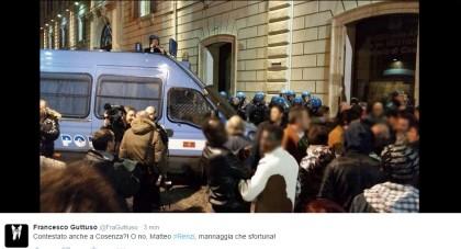 Renzi in Calabria: tensione tra manifestanti e polizia a Cosenza