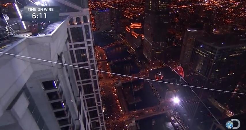 Nik Wallenda, il funambolo che cammina su un cavo sopra Chicago