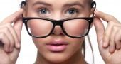 1. DORMIRE CON LE LENTI A CONTATTO – Se le usi con una certa frequenza il tuo ottico ti avrà già spiegato che, a meno che non si tratti di una lente specifica, dormire con le denti a contatto può essere molto dannoso: come sottolinea la dottoressa Deeba Chaudri, indossare le lenti a contatto per troppe ore di seguito priva la cornea della sua naturale ossigenazione, favorendo l'insorgere di infezioni batteriche. Può capitare di dimenticarsene, e di risvegliarsi la mattina successiva rendendosi conto di aver dormito con le lenti a contatto addosso. A quel punto è meglio aspettare 20-30 minuti prima di toglierle, lubrificando l'occhio con abbondanti lacrime artificiali per evitare di lesionare la cornea. Una volta tolte, passare agli occhiali per il resto della giornata. Discorso diverso se si usano lenti a contatto apposite, di quelle che possono essere indossate giorno e notte. (Foto: Thinkstock)