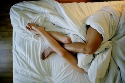 6. NON USI IL LUBRIFICANTE – Secondo un sondaggio condotto all'Università dell'Indiana, il 50% degli intervistati avrebbe dichiarato di usare un lubrificante specifico per raggiungere l'orgasmo più facilmente. Nonostante questo,  molte donne continuano a considerarlo un po' come il corrispettivo femminile del Viagra, ovvero qualcosa da usare soltanto in presenza di un problema specifico. Non è così: una maggiore lubrificazione è utile a qualunque coppia, anche la più rodata. (Foto: Thinkstock)