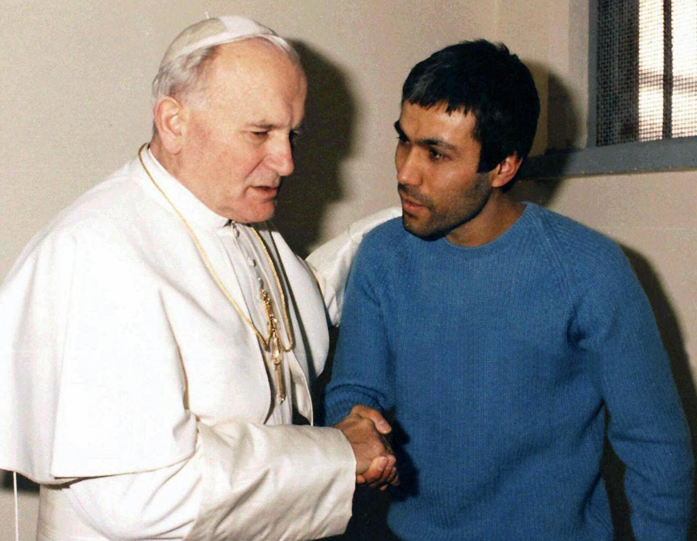 Ali Agca a sorpresa in Vaticano: fiori sulla tomba di Giovanni Paolo II