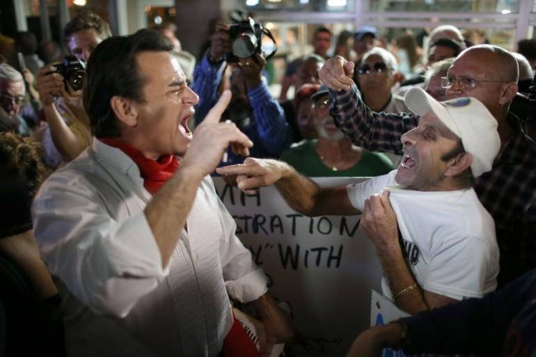 Cubani a Miami che discutono l'apertura di Obama nei confronti di Cuba