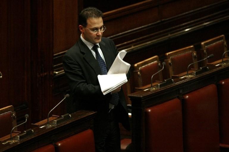 Richiesta di Cirielli (Fdi) al governo: «Verifichi le infiltrazioni camorristiche a Salerno». Duro attacco a De Luca