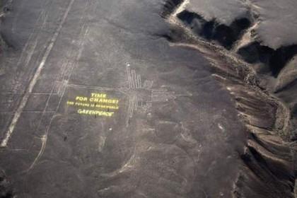 6) I volontari di Greenpeace volevano mandare un messaggio ai leader riuniti a Lima per un vertice sul clima sotto l'egida dell'ONU. Per farlo hanno scritto un messaggio sul sito archeologico di Nazca poggiando delle lettere sul terreno. Tuttavia la zona, molto fragile, è stata rovinata dagli stessi che hanno creato involontariamente un sentiero che ha alterato l'area. Il governo del Perù ha reagito con furia, Greenpeace ha presentato le sue scuse