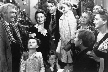 """4. La vita è meravigliosa – (Frank Capra, 1946) George Bailey deve salvare la piccola azienda di famiglia dalle mani di uno spietato capitalista. In questo lo aiuterà Clarence, un """"angelo di seconda classe"""" che, per ricevere le ali, deve compiere una buona azione. Un classico senza tempo. (Foto: AP Photo/RKO Pictures Inc.)"""