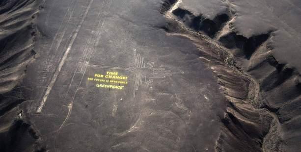 Il messaggio di Greenpeace accanto alle linee di Nazca