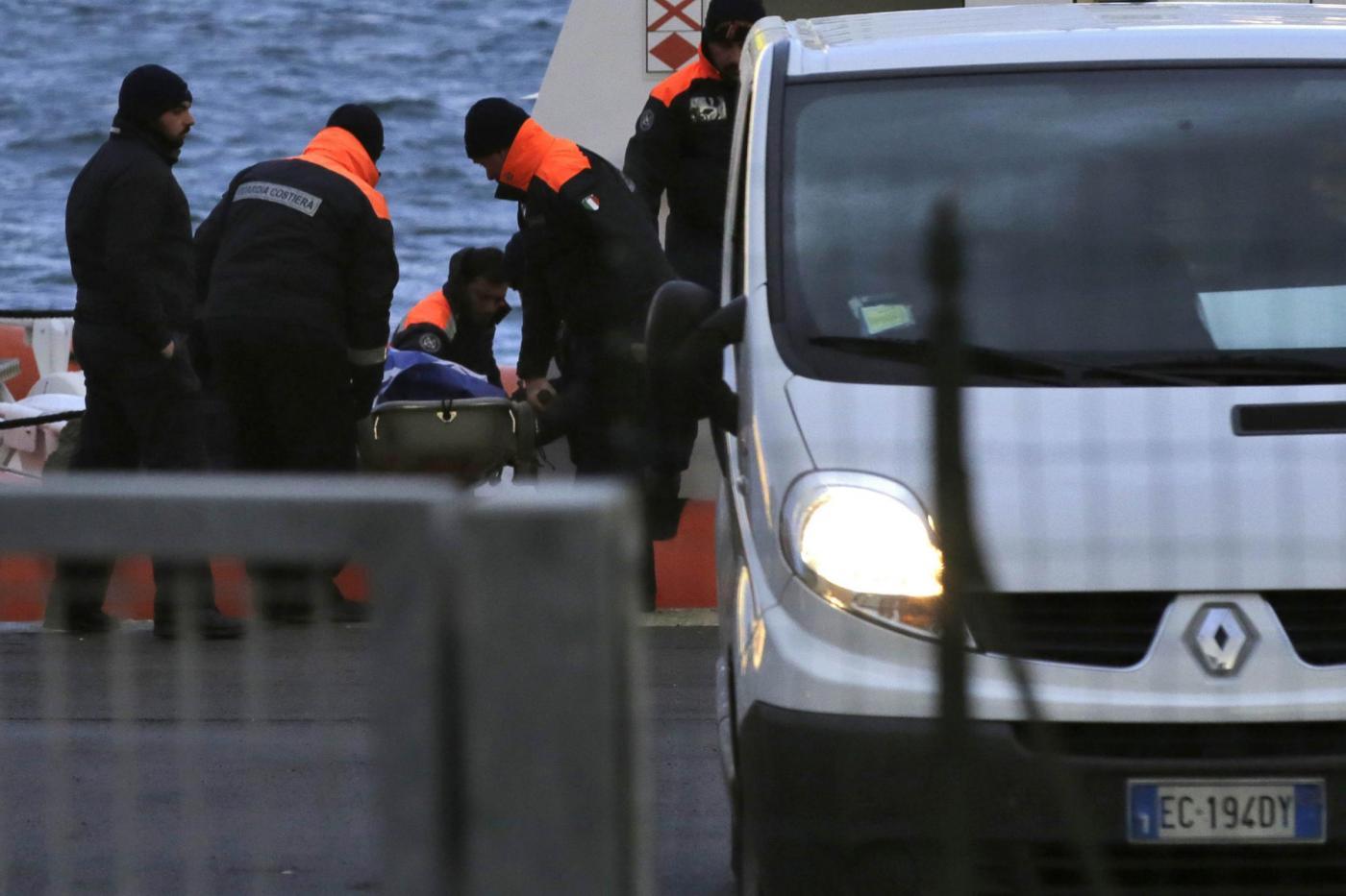 Il trasbordo di una vittima del naufragio della nave Norman Atlantic nel porto di Brindisi